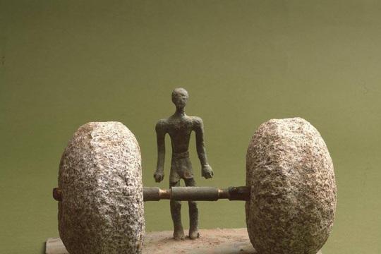 CZŁOWIEK I CIĘŻAR, 1973, brąz, granit