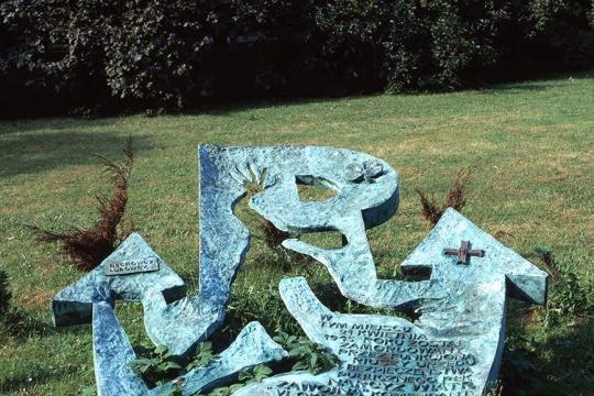 """RZEŹBA UPAMIĘTNIAJĄCA MIEJSCE ŚMIERCI NARCYZA WIATRA – """"ZAWOJNY"""", 1992, brąz, Kraków, Planty"""